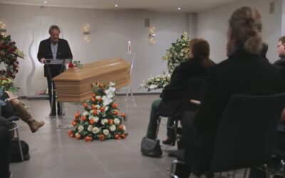 Ces personnes piégées assistent à leurs propres funérailles